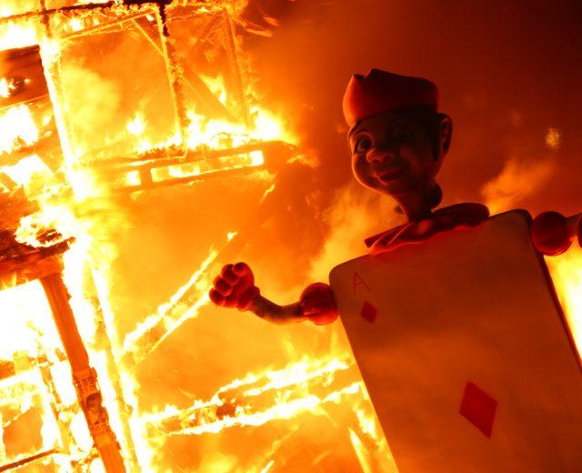 Foto de una Falla ardiendo en Valencia